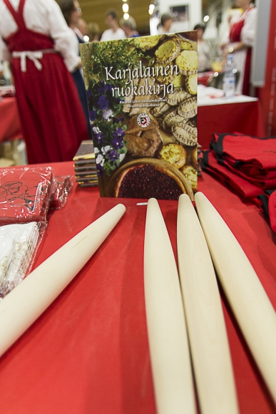 Karjalaisella torilla on myynnissä monenlaisia karjalaisuuteen liittyviä tuotteita.